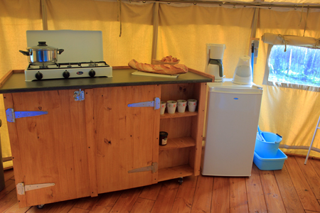 keuken ronde safaritent & Hire a tent in the Auvergne on a child-friendly campsite