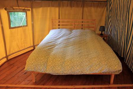slaapkamer tweepersoonsbed ronde safaritent. In the safari tent ... & Hire a tent in the Auvergne on a child-friendly campsite