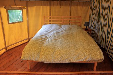 slaapkamer tweepersoonsbed ronde safaritent